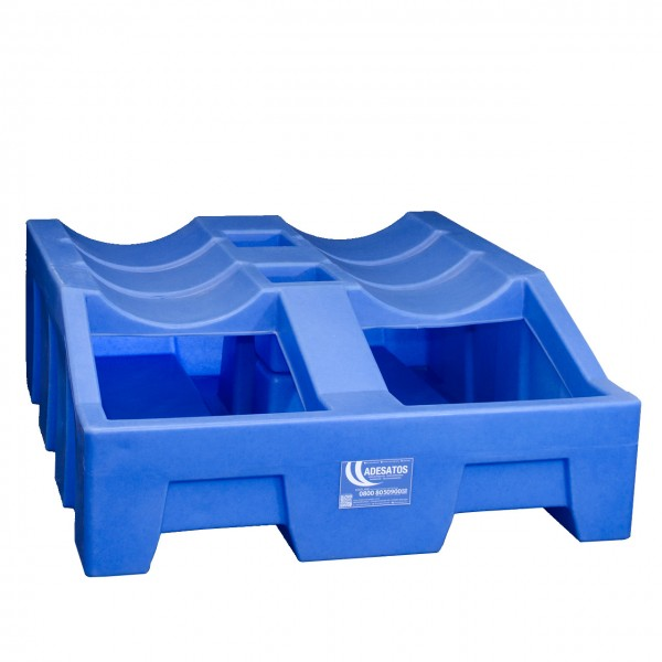 Fasslagerung von 200 Liter Fässern auf Kunststoffwannen mit 410 Litern Volumen.
