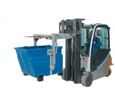 Staplertraverse für Kippbehälter aus PE mit 600 Liter Volumen